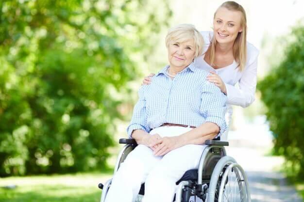 Entenda porque confiar em cuidadores de idosos está cada vez mais difícil