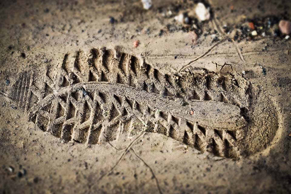 imagem de pegada com marca de tênis na lama