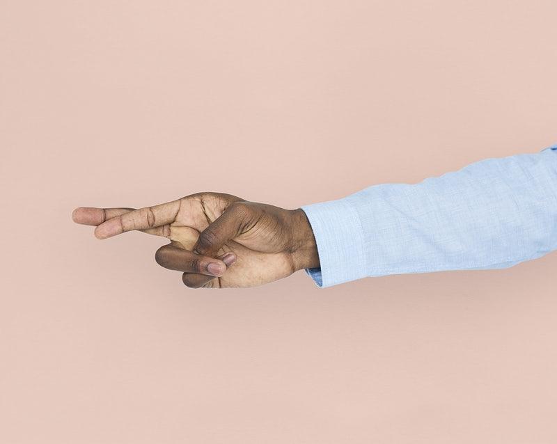 Mão fazendo o gesto de cruzar os dedos.