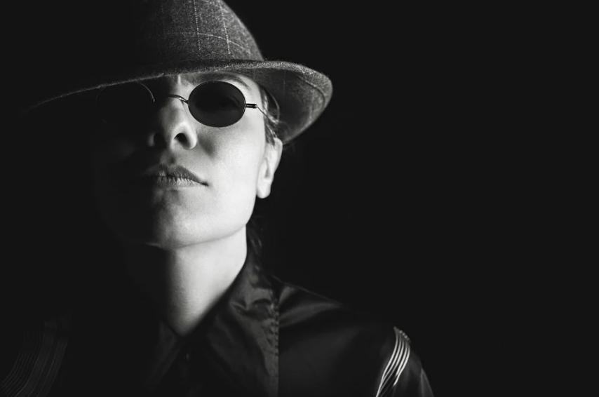 imagem em preto e branco de homem com chapéu e óculos escuro