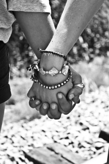 foto em preto e branco de duas pessoas próximas de mãos dadas