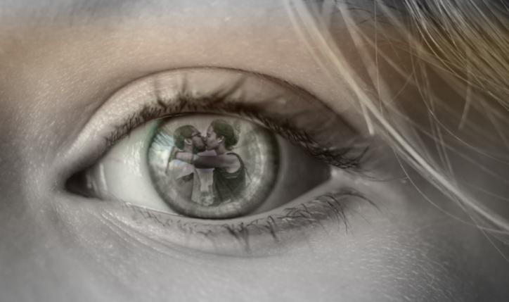 olhos de uma mulher com reflexo de marido traindo.
