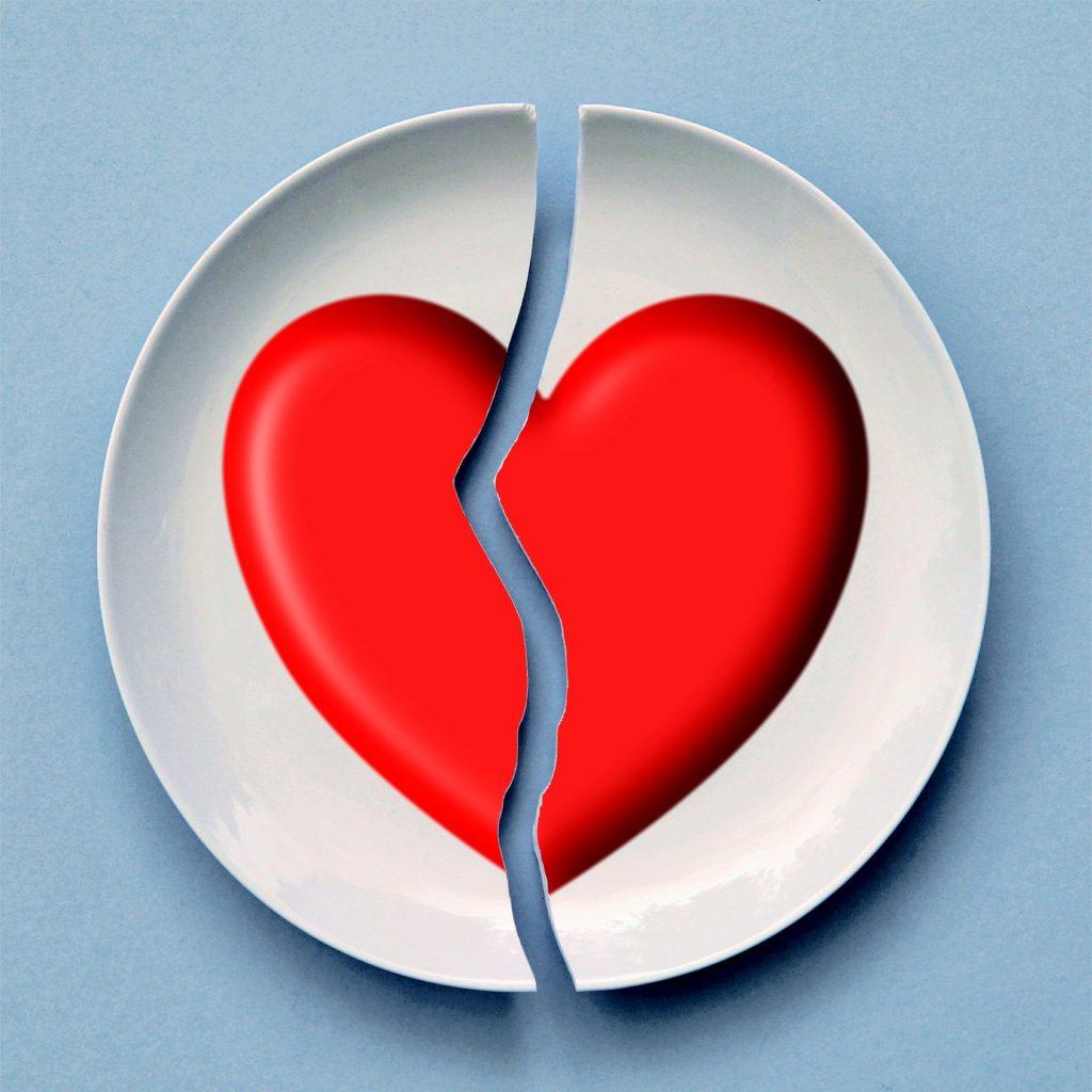 imagem de um prato quebrado no meio, com uma metade de um coração pintada em cada fragmento