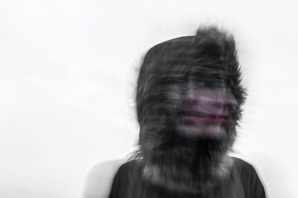 imagem de uma pessoa embaçada, simulando movimento, inquietude, inconstância. Infidelidade crônica
