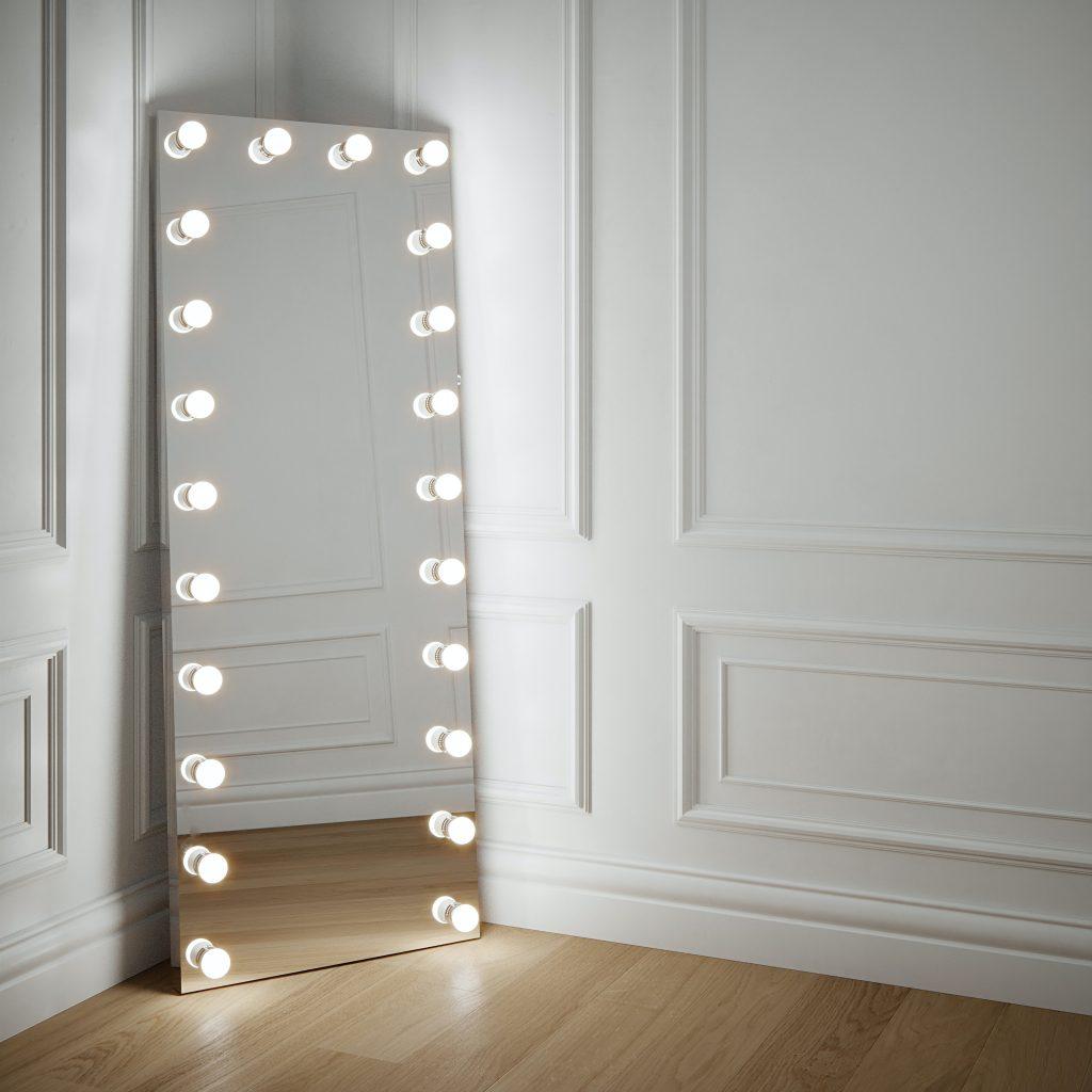 um espelho com lâmpadas iluminadas na moldura